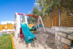 Детская площадка. Греция, Аделе : Прекрасная вилла с бассейном и зеленым двориком с барбекю, 3 спальни, 2 ванные комнаты, детская площадка, парковка, Wi-Fi