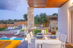 Обеденная зона. Греция, Аделе : Прекрасная вилла с бассейном и зеленым двориком с барбекю, 3 спальни, 2 ванные комнаты, детская площадка, парковка, Wi-Fi