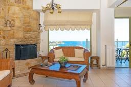 Гостиная. Греция, Агия Пелагия : Современная вилла в 100 метрах от пляжа с бассейном и видом на море, 2 спальни, 2 ванные комнаты, барбекю, парковка, Wi-Fi