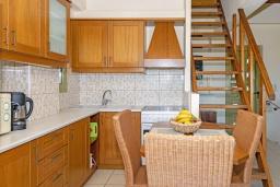 Кухня. Греция, Агия Пелагия : Современная вилла в 100 метрах от пляжа с бассейном и видом на море, 2 спальни, 2 ванные комнаты, барбекю, парковка, Wi-Fi