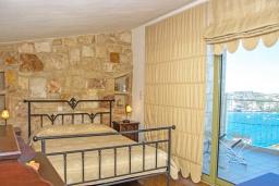 Спальня. Греция, Агия Пелагия : Современная вилла в 100 метрах от пляжа с бассейном и видом на море, 2 спальни, 2 ванные комнаты, барбекю, парковка, Wi-Fi