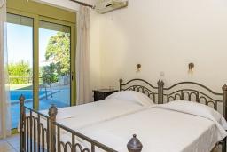 Спальня 2. Греция, Агия Пелагия : Современная вилла в 100 метрах от пляжа с бассейном и видом на море, 2 спальни, 2 ванные комнаты, барбекю, парковка, Wi-Fi