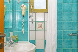 Ванная комната. Греция, Агия Пелагия : Современная вилла в 100 метрах от пляжа с бассейном и видом на море, 2 спальни, 2 ванные комнаты, барбекю, парковка, Wi-Fi