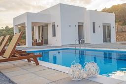 Фасад дома. Греция, Превели : Современная вилла с бассейном и видом на море, 2 спальни, 2 ванные комнаты, парковка, Wi-Fi
