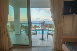 Терраса. Греция, Превели : Современная вилла с бассейном и видом на море, 2 спальни, 2 ванные комнаты, парковка, Wi-Fi