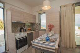Кухня. Греция, Превели : Современная вилла с бассейном и видом на море, 2 спальни, 2 ванные комнаты, парковка, Wi-Fi