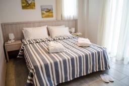 Спальня. Греция, Превели : Современная вилла с бассейном и видом на море, 2 спальни, 2 ванные комнаты, парковка, Wi-Fi