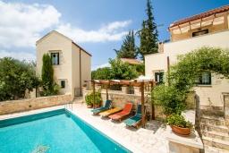 Бассейн. Греция, Коккино Хорио : Прекрасная вилла в комплексе с общим бассейном, гостиная, спальня, 2 ванные комнаты, терраса, парковка, Wi-Fi