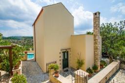 Фасад дома. Греция, Коккино Хорио : Прекрасная вилла в комплексе с общим бассейном, гостиная, спальня, 2 ванные комнаты, терраса, парковка, Wi-Fi