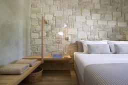 Спальня. Греция, Киссамос Кастели : Роскошная пляжная вилла с бассейном и шикарным видом на море, 2 спальни, 2 ванные комнаты, барбекю, парковка, Wi-Fi