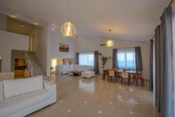 Гостиная. Греция, Агия Пелагия : Роскошная вилла с бассейном, двориком с барбекю и видом на море, 3 спальни, 3 ванные комнаты, парковка, Wi-Fi