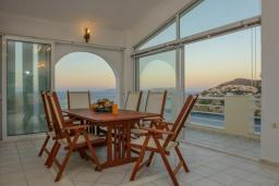 Обеденная зона. Греция, Агия Пелагия : Роскошная вилла с бассейном, двориком с барбекю и видом на море, 3 спальни, 3 ванные комнаты, парковка, Wi-Fi