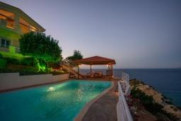 Бассейн. Греция, Агия Пелагия : Роскошная вилла с бассейном, двориком с барбекю и видом на море, 3 спальни, 3 ванные комнаты, парковка, Wi-Fi