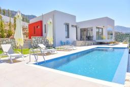 Фасад дома. Греция, Агия Пелагия : Современная вилла с бассейном и видом на море, 3 спальни, 3 ванные комнаты, детская площадка, барбекю, парковка, Wi-Fi