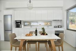 Кухня. Греция, Агия Пелагия : Современная вилла с бассейном и видом на море, 3 спальни, 3 ванные комнаты, детская площадка, барбекю, парковка, Wi-Fi