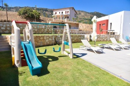 Территория. Греция, Агия Пелагия : Современная вилла с бассейном и видом на море, 3 спальни, 3 ванные комнаты, детская площадка, барбекю, парковка, Wi-Fi