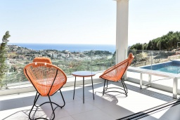 Терраса. Греция, Агия Пелагия : Современная вилла с бассейном и видом на море, 3 спальни, 3 ванные комнаты, детская площадка, барбекю, парковка, Wi-Fi