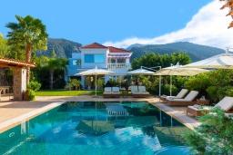 Фасад дома. Греция, Сиси : Прекрасная вилла с бассейном и зеленым двориком с барбекю, 5 спален, 5 ванных комнат, парковка, Wi-Fi