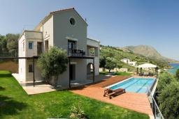 Фасад дома. Греция, Каливес : Прекрасная вилла в 35 метрах от пляжа, с бассейном, зеленым двориком и видом на море, 3 спальни, 3 ванные комнаты, барбекю, парковка, Wi-Fi