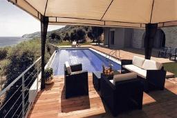 Бассейн. Греция, Каливес : Прекрасная вилла в 35 метрах от пляжа, с бассейном, зеленым двориком и видом на море, 3 спальни, 3 ванные комнаты, барбекю, парковка, Wi-Fi