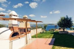 Территория. Греция, Каливес : Прекрасная вилла в 35 метрах от пляжа, с бассейном, зеленым двориком и видом на море, 3 спальни, 3 ванные комнаты, барбекю, парковка, Wi-Fi