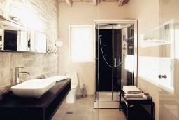Ванная комната. Греция, Каливес : Прекрасная вилла в 35 метрах от пляжа, с бассейном, зеленым двориком и видом на море, 3 спальни, 3 ванные комнаты, барбекю, парковка, Wi-Fi