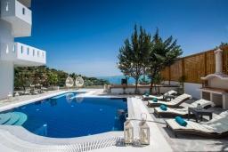 Парковка. Греция, Ираклион : Роскошная вилла с бассейном с джакузи и видом на море, 5 спален, 2 ванные комнаты, барбекю, парковка, Wi-Fi