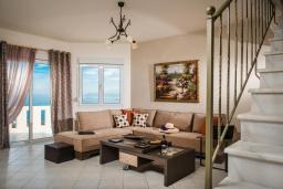 Гостиная. Греция, Ираклион : Роскошная вилла с бассейном с джакузи и видом на море, 5 спален, 2 ванные комнаты, барбекю, парковка, Wi-Fi