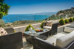 Патио. Греция, Ираклион : Роскошная вилла с бассейном с джакузи и видом на море, 5 спален, 2 ванные комнаты, барбекю, парковка, Wi-Fi