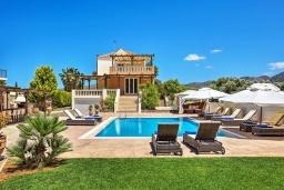 Фасад дома. Греция, Сиси : Роскошная вилла с бассейном и зеленым двориком с барбекю, 5 спален, 3 ванные комнаты, парковка, Wi-Fi