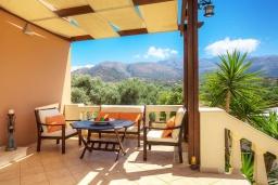 Обеденная зона. Греция, Сиси : Роскошная вилла с бассейном и зеленым двориком с барбекю, 5 спален, 3 ванные комнаты, парковка, Wi-Fi