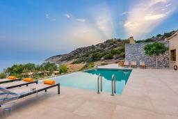 Бассейн. Греция, Иерапетра : Роскошная пляжная вилла с бассейном и шикарным видом на море, 12 спален, 10 ванных комнат, барбекю, парковка, Wi-Fi
