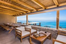 Патио. Греция, Иерапетра : Роскошная пляжная вилла с бассейном и шикарным видом на море, 12 спален, 10 ванных комнат, барбекю, парковка, Wi-Fi