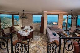 Гостиная. Греция, Агия Пелагия : Роскошная вилла с бассейном и видом на море, 5 спален, 2 ванные комнаты, барбекю, парковка, Wi-Fi