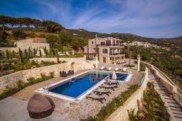 Фасад дома. Греция, Агия Пелагия : Роскошная вилла с бассейном и видом на море, 5 спален, 2 ванные комнаты, барбекю, парковка, Wi-Fi
