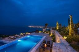 Бассейн. Греция, Агия Пелагия : Роскошная вилла с бассейном и видом на море, 5 спален, 2 ванные комнаты, барбекю, парковка, Wi-Fi