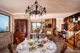 Обеденная зона. Греция, Агия Пелагия : Роскошная вилла с бассейном и видом на море, 5 спален, 2 ванные комнаты, барбекю, парковка, Wi-Fi