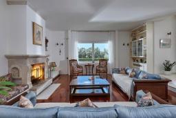 Гостиная. Греция, Ираклион : Прекрасная вилла с бассейном и зеленой лужайкой, 5 спален, 3 ванные комнаты, барбекю, парковка, Wi-Fi