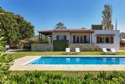 Фасад дома. Греция, Ираклион : Прекрасная вилла с бассейном и зеленой лужайкой, 5 спален, 3 ванные комнаты, барбекю, парковка, Wi-Fi