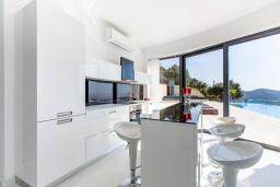Кухня. Греция, Фаласарна : Шикарная вилла с бассейном, джакузи и видом на море, 3 спальни, 3 ванные комнаты, парковка, Wi-Fi