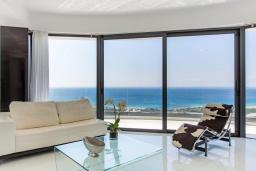 Гостиная. Греция, Фаласарна : Шикарная вилла с бассейном, джакузи и видом на море, 3 спальни, 3 ванные комнаты, парковка, Wi-Fi