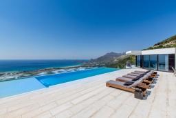Бассейн. Греция, Фаласарна : Шикарная вилла с бассейном, джакузи и видом на море, 3 спальни, 3 ванные комнаты, парковка, Wi-Fi