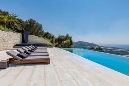 Зона отдыха у бассейна. Греция, Фаласарна : Шикарная вилла с бассейном, джакузи и видом на море, 3 спальни, 3 ванные комнаты, парковка, Wi-Fi