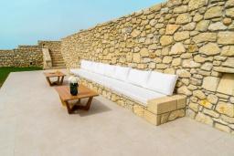 Терраса. Греция, Фаласарна : Роскошная вилла с бассейном и видом на море, 2 спальни, 2 ванные комнаты, джакузи, сауна, барбекю, парковка, Wi-Fi
