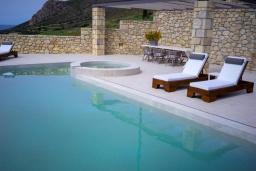 Бассейн. Греция, Фаласарна : Роскошная вилла с бассейном и видом на море, 2 спальни, 2 ванные комнаты, джакузи, сауна, барбекю, парковка, Wi-Fi