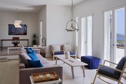 Гостиная. Греция, Элунда : Роскошная вилла вилла с большим бассейном и видом на море, 6 спален, 6 ванных комнат, патио, барбекю, парковка, Wi-Fi