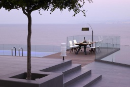 Терраса. Греция, Агия Пелагия : Роскошная вилла в 25 метрах от пляжа с бассейном и шикарным видом на море, 5 спален, 5 ванных комнат, парковка, Wi-Fi