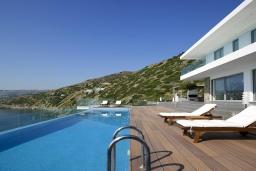 Бассейн. Греция, Агия Пелагия : Роскошная вилла в 25 метрах от пляжа с бассейном и шикарным видом на море, 5 спален, 5 ванных комнат, парковка, Wi-Fi