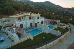 Фасад дома. Греция, Агия Пелагия : Прекрасная вилла с бассейном, зеленой лужайкой, барбекю и видом на море, 3 спальни, 3 ванные комнаты, парковка, Wi-Fi