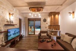 Гостиная. Греция, Агия Пелагия : Прекрасная вилла с бассейном, зеленой лужайкой, барбекю и видом на море, 3 спальни, 3 ванные комнаты, парковка, Wi-Fi